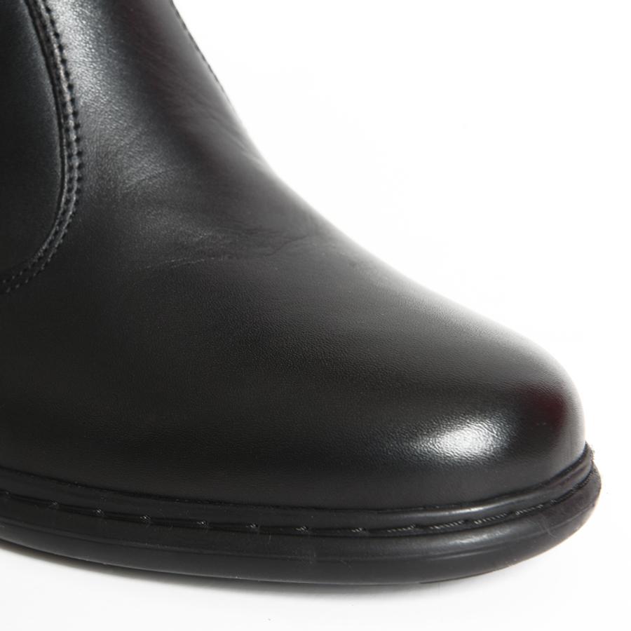 Elegantna poluduboka čizma u crnoj koži sa širokom štiklom