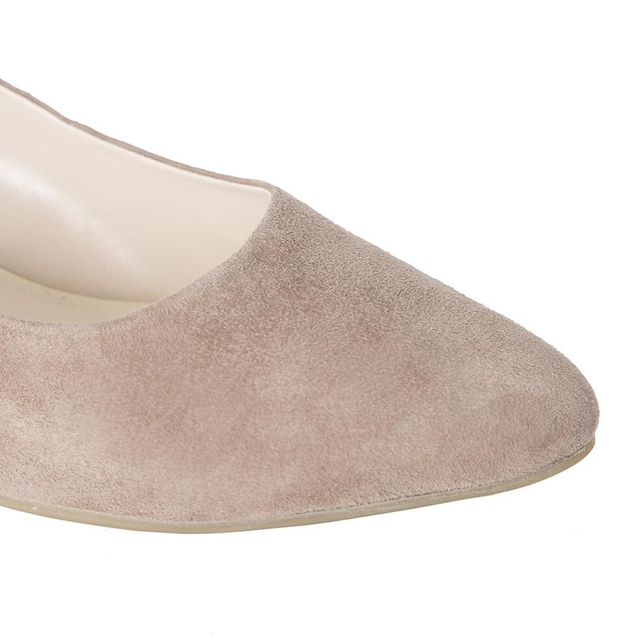 Elegantna ženska cipela u nude boji velura